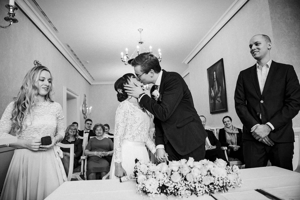 Hochzeitsfotograf Standesamtliche Trauung im Hotel Gräflicher Park Kuss